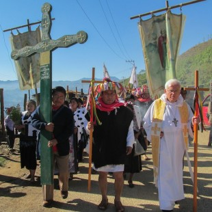 El Obispo Raul Vera encabeza la marcha por los indígenas muertos en Acteal