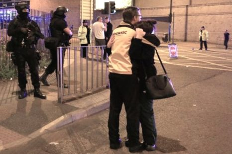 En Manchester, luto y dolor después de atentado en concierto con gran número de adolescentes