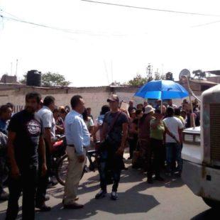 Grupo de choque agrede a pobladores de Atenco afectados por el paso de cientos de camiones de carga hacia el NAICM