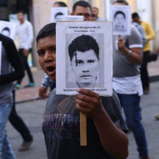 Debería dar vergüenza al gobierno la falta de resultados sobre los normalistas desaparecidos: padres de los 43